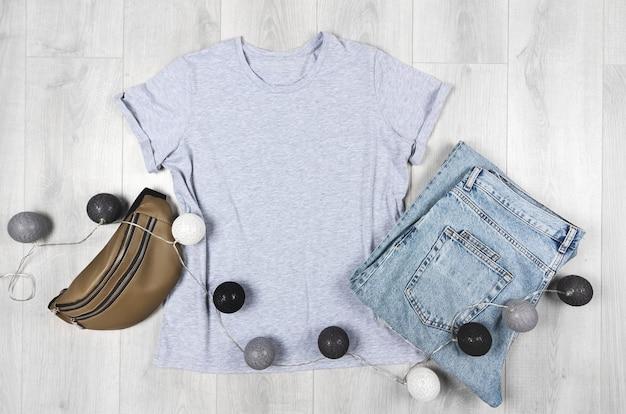 Leeres graues t-shirt mockup bella canvas mock-up mit jeans und ledertasche