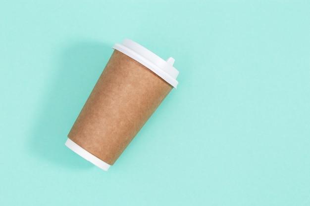 Leeres handwerk nehmen große pappbecher für kaffee oder getränke weg, verpackungsschablonenmodell