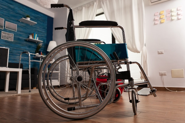 Leeres helles wohnzimmer mit niemandem darin, der für die medizinische therapiehilfe bereit ist