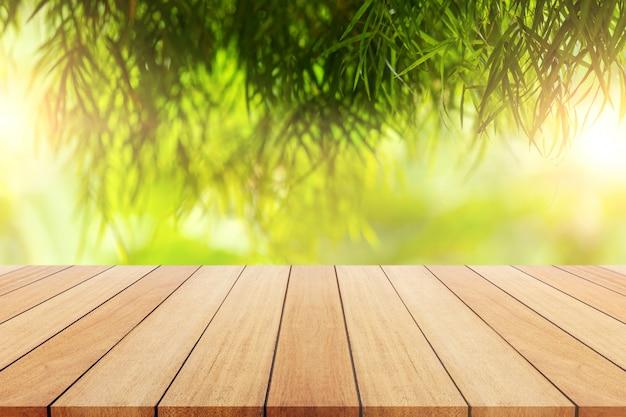 Leeres hölzernes brett oder tabelle und abstrakter grün unscharfer hintergrund.
