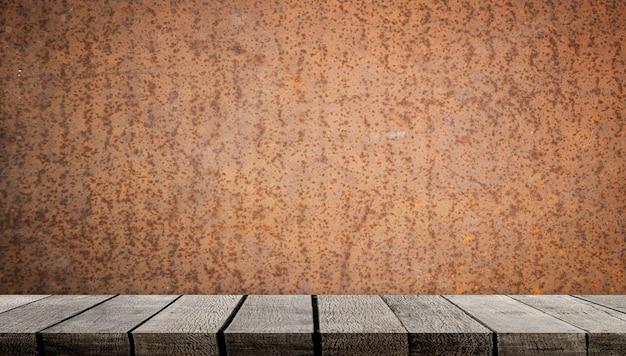 Leeres hölzernes regal auf rustikaler metallwand für produktanzeige