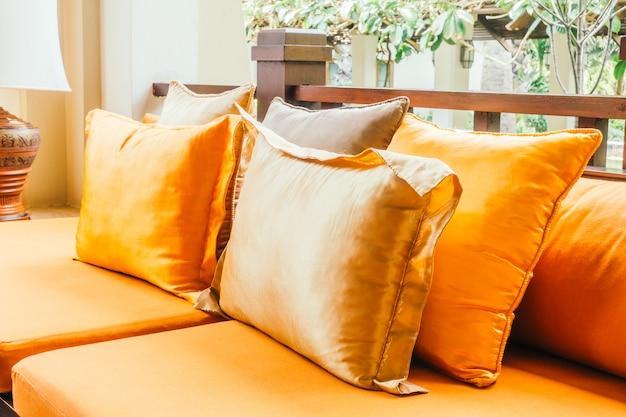 Leeres hölzernes sofa und stuhl
