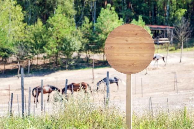 Leeres holzschild auf der pferdefarm