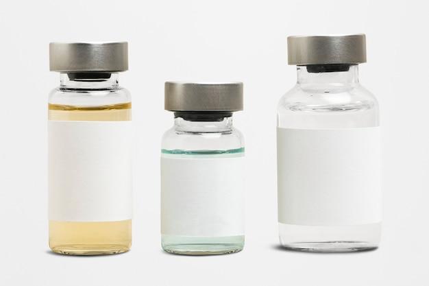 Leeres impfstoffetikett auf injektionsglasflaschen mit farbiger flüssigkeit