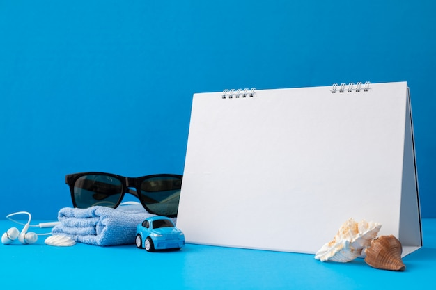 Leeres kalenderpapier mit traveller-zubehör
