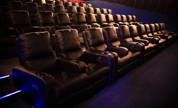 Leeres kino, kino mit weichen stühlen vor der premiere des films. es sind keine leute im kino