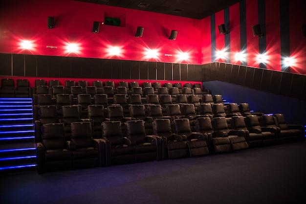 Leeres kino mit premierefilm der weichen stühle