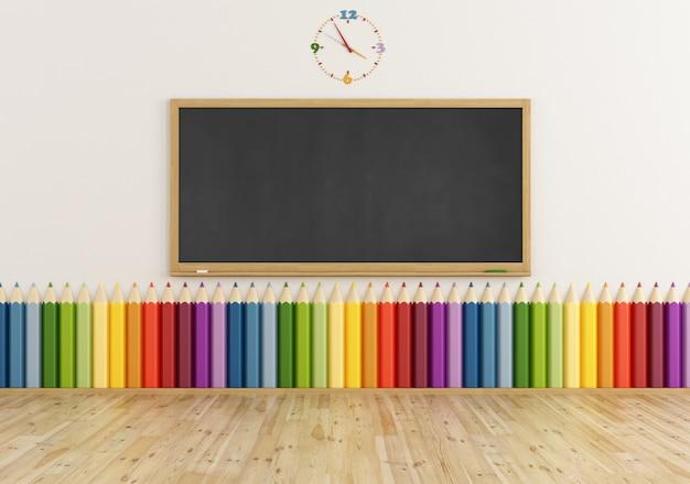 Leeres klassenzimmer mit tafel und buntem bleistift an der wand