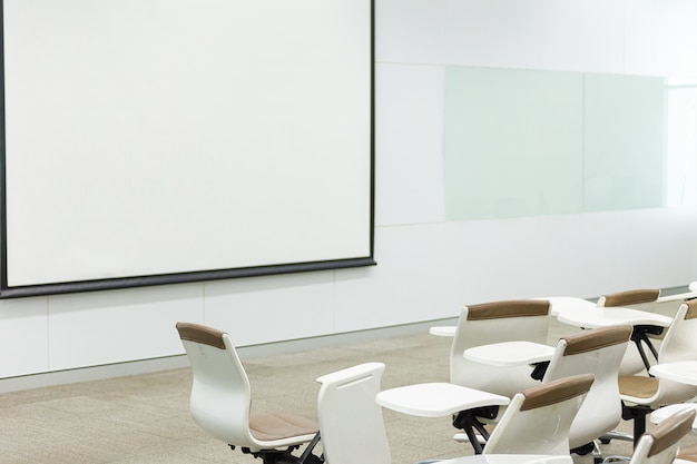 Leeres klassenzimmer mit vielen lehnsesseln