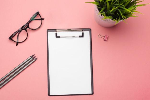 Leeres klemmbrettpapier auf rosa pastell, copyspace