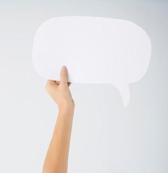 Leeres kommunikationszeichen in der hand der frau