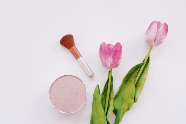 Leeres kosmetisches produkt eingestellt auf weißen hintergrund. attrappe, lehrmodell, simulation