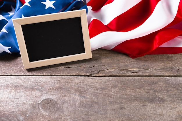 Leeres kreidebrett mit amerikanischer flagge