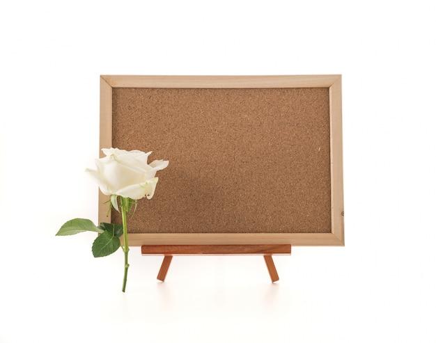 Leeres kunstbrett mit rose