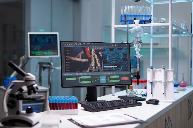 Leeres labor mit wissenschaftlichem monitor auf dem schreibtisch