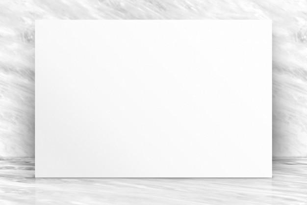 Leeres langes weißbuchplakat an der weißen weißen glatten marmorwand und am boden
