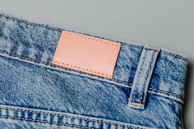 Leeres lederjeans-label auf einer blue jeans aufgenäht. attrappe, lehrmodell, simulation