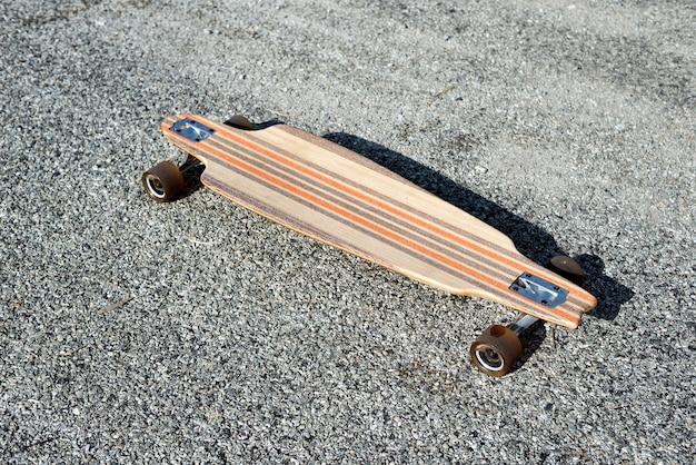 Leeres longboard auf der straße