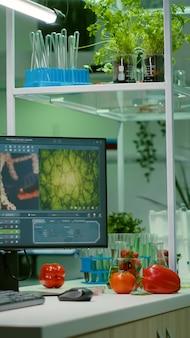 Leeres mikrobiologielabor mit niemandem darin, das für die entwicklung eines chemischen dna-experiments vorbereitet wurde. biochemie-labor mit high-tech-tools für pharmazeutische lebensmittel gvo-biologie medizinische forschung ausgestattet