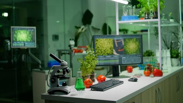 Leeres mikrobiologisches labor mit niemandem darin, ausgestattet mit professioneller ausrüstung