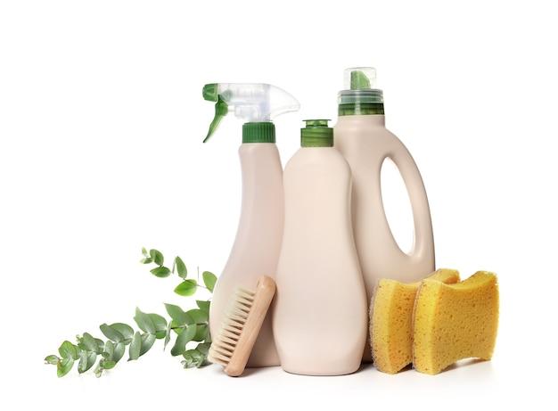 Leeres modell eco design von plastikflaschen, die waschmittel für wäsche mit farbabdeckungen auf dem tisch verpacken. platz für text. bio-bio-produkt.