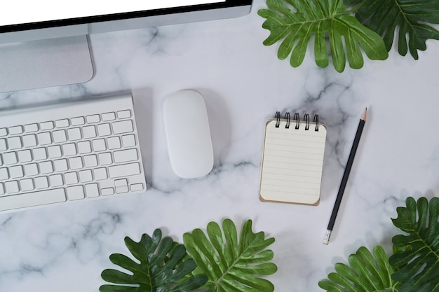 Leeres notebook und computer auf marmorhintergrund.