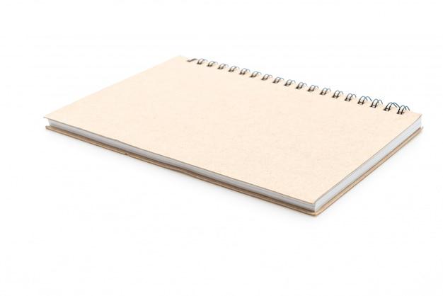 Leeres notizbuch an weißer wand