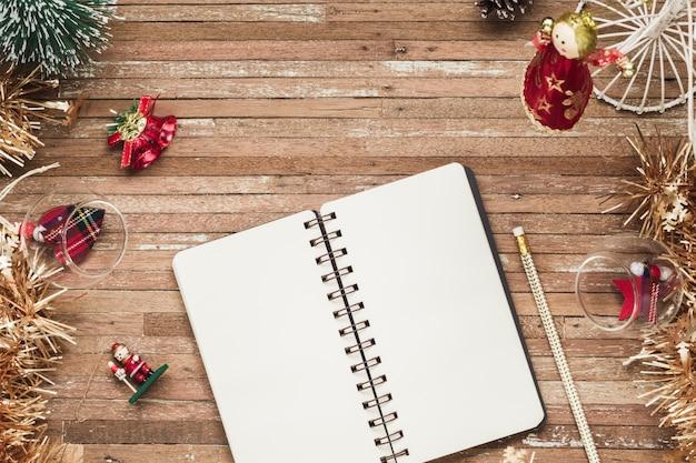 Leeres notizbuch auf holz mit weihnachtsverzierungen