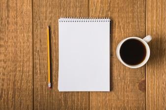 Leeres Notizbuch auf Tabelle