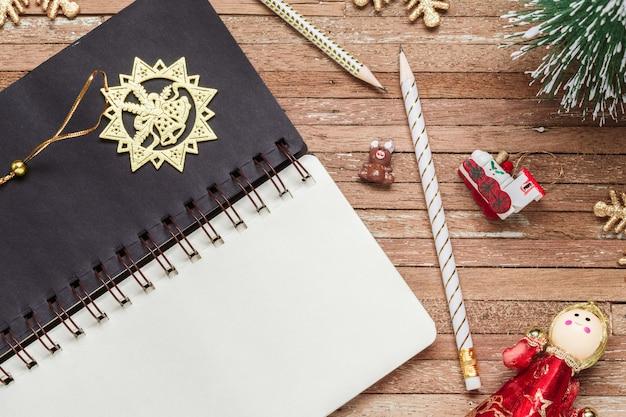 Leeres notizbuch für modell auf holz für weihnachtshintergrund