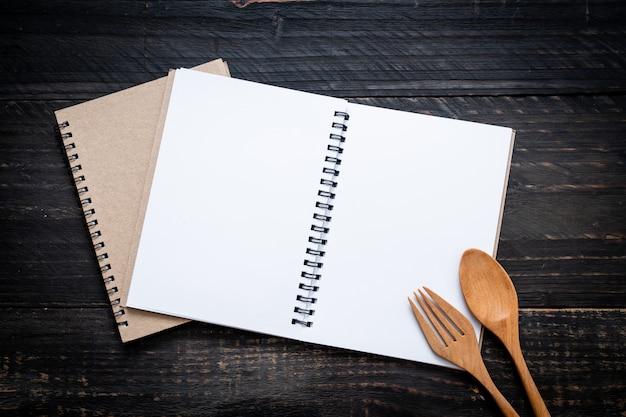 Leeres notizbuch für textanmerkung über holzoberfläche