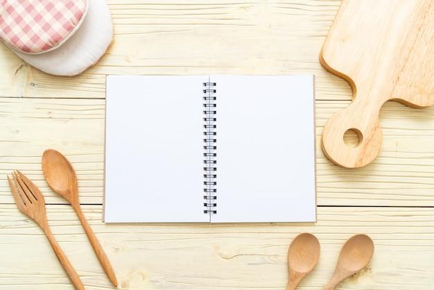 Leeres notizbuch für textnotiz auf holzoberfläche mit kopie sapce