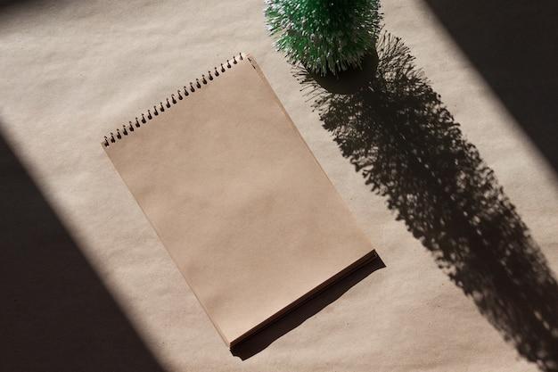 Leeres notizbuch für wünsche, ziele oder to-do-liste. minimales weihnachtskonzept.