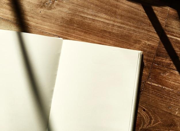 Leeres notizbuch-hölzerner bürotisch