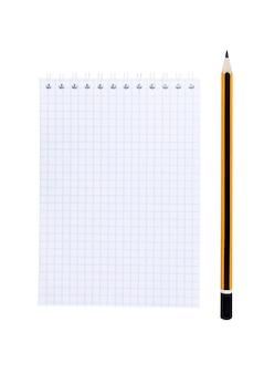Leeres notizbuch mit bleistift und stickies isoliert auf weißer oberfläche