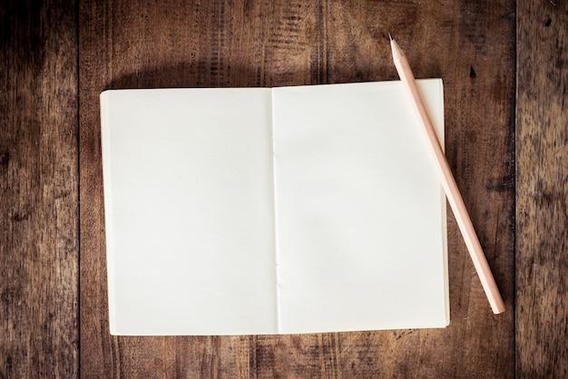 Leeres notizbuch mit bleistift