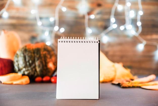 Leeres notizbuch mit gemüse auf tabelle