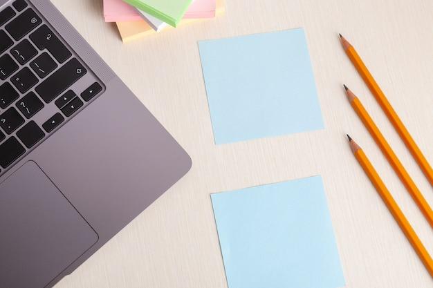 Leeres notizbuch mit laptop auf schreibtisch-tisch