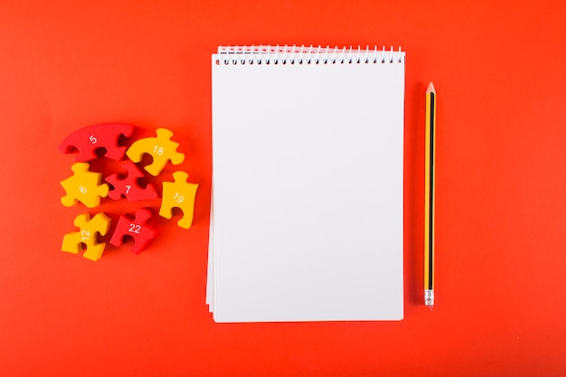 Leeres notizbuch mit puzzlespielen auf tabelle
