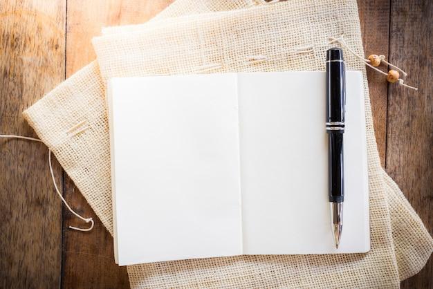 Leeres notizbuch mit stift