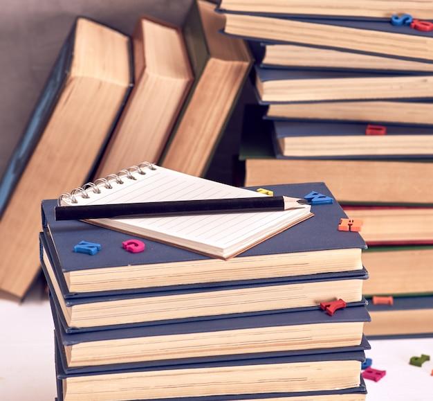 Leeres notizbuch mit weißen blättern