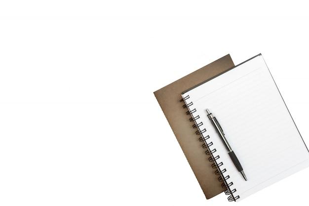 Leeres notizbuch, stift und braunes papier auf weißem schreibtischhintergrund