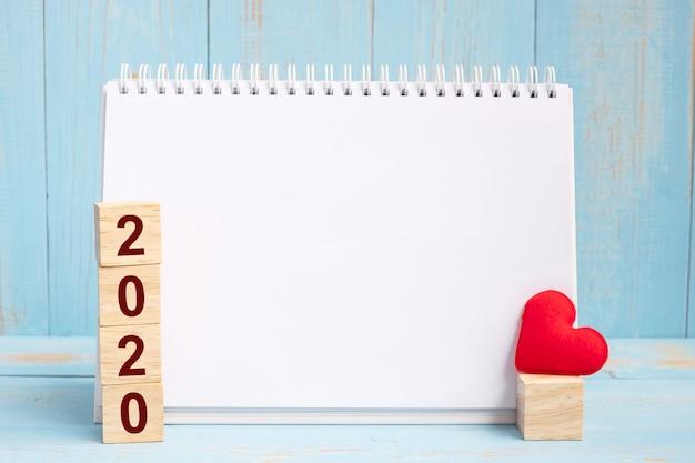 Leeres notizbuch und 2020 würfel