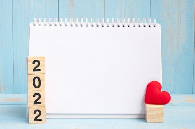 Leeres notizbuch und 2022 würfel mit rotem herzen