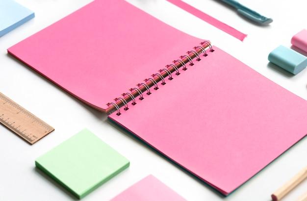 Leeres notizbuch und andere gegenstände