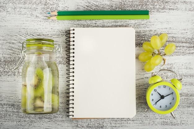 Leeres notizbuch und früchte