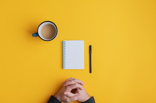 Leeres notizbuch und stift gebrauchsfertig