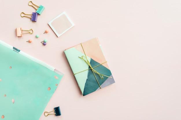 Leeres notizbuch zum schreiben von träumen und ideen, mit verschiedenen stat