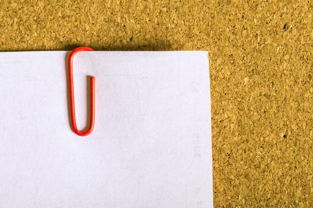 Leeres offenes buch, broschüre oder zeitschrift auf weinleseholztischhintergrund