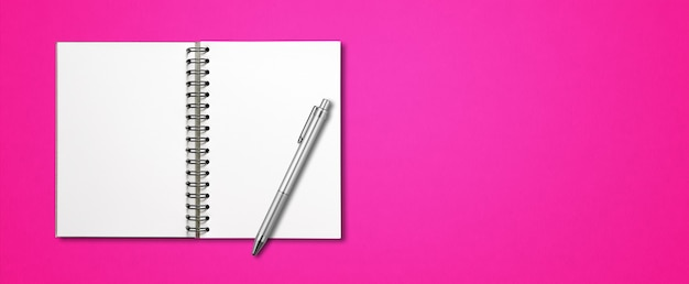 Leeres offenes spiralförmiges notizbuchmodell und stift lokalisiert auf rosa horizontalem banner